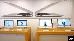 Des portraits de Steve Jobs illuminent des écrans d'ordinateur à Taiwan, le 6 octobre 2011.