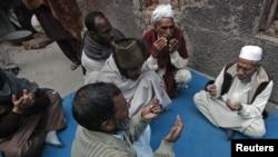 人们在拉合尔一名死者屋外祈祷,此人在服用一种新药后身亡