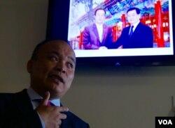 刘龙珠律师展示疑遭改造的名人照片(美国之音国符拍摄)