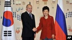11月13日﹐俄羅斯總統普京在南韓青瓦台與南韓總統朴槿惠會面。