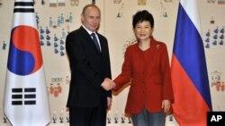 俄羅斯總統普京(左)在首爾青瓦台總統府會晤南韓總統朴槿惠。(2013年11月13日)
