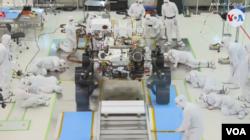 La VOA comprobó que la NASA prueba en su laboratorio JPL de Pasadena, California, su nuevo Rover o Astromóvil que enviará a Marte en una misión especial.