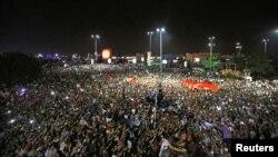Demonstrasi di luar bandar udara internasional Ataturk, Istanbul, memprotes percobaan kudeta di Turki (16/7). (Reuters/Huseyin Aldemir)