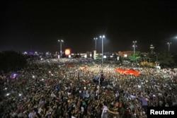 政变期间,土耳其群众在国际机场外面示威(2016年7月16日)