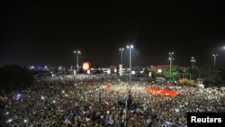 People demonstrate outside Ataturk international airport during an attUne manifeste devant l'aéroport international Ataturk lors d'une tentative de coup à Istanbul, Turquie, 16 juillet, 2016. REUTERS / Huseyin Aldemir empted coup in Istanbul, Turkey, July 16, 2016.