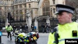 襲擊事件發生後,警察守衛在英國國會大樓外