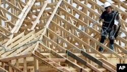 Một công nhân xây dựng làm việc trên mái nhà của khu chung cư được xây dựng tại Spring, Texas, ngày 27/3/2015.