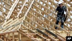 Pekerja konstruksi sedang bekerja di atap sebuah apartemen yang sedang dibangun di Spring, Texas, 27 Maret 2015.
