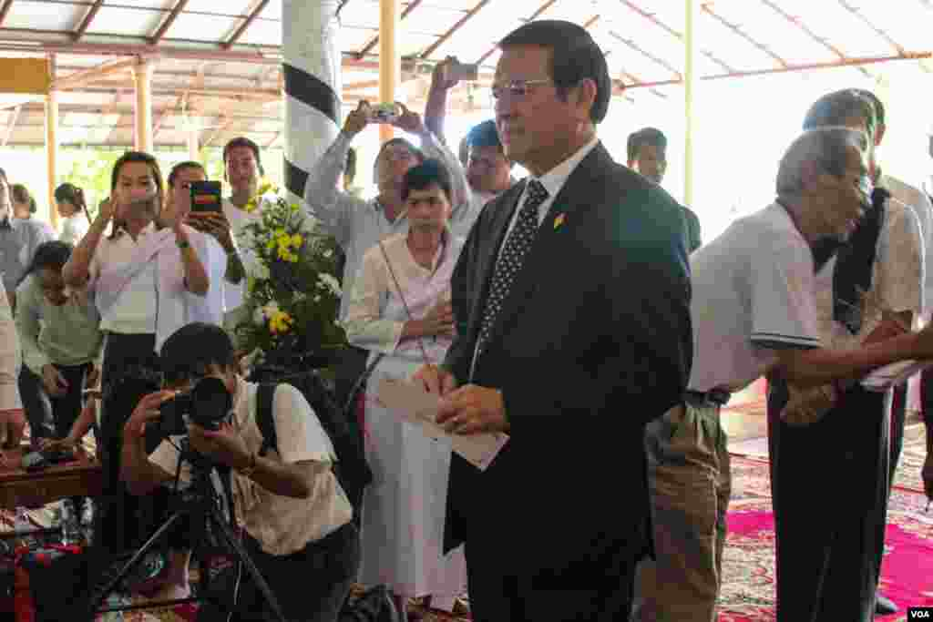 Kem Sokha, vice president of the Cambodia National Rescue Party joins Chan Soveth's funeral, human investigator for local NGO, Adhoc, December​ 11, 2014. (Nov Povleakhena/VOA Khmer)