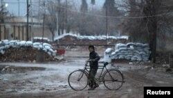 지난 27일 시리아 알레포 북부 알-라이 마을에서 한 소년이 자전거를 타고 있다.