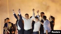 Ekrem Imamoglu, candidat à la mairie du Parti populaire républicain (CHP), principal parti de l'opposition, accueille ses partisans lors d'un rassemblement dans le district de Beylikduzu, à Istanbul, en Turquie, le 23 juin 2019.