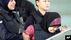 Siti Aisyah (kanan) dikawal ketat polisi saat meninggalkan pengadilan tinggi Shah Alam, Malaysia, 28 Juni 2018. (Foto: dok).