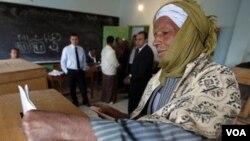 Un anciano egipcio vota en Assuit, a unos 320 kilómetros de El Cairo.