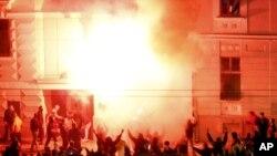 """Arhiva - Plamen zahvata ambasadu SAD u Beogradu, tokom mitinga """"Kosovo je Srbija"""", 21. februara 2008. godine."""