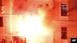 Američka ambasada u Beogradu gori pošto su maskirani napadači provalili u zgradu posle masovnih protesta zbog američke podrške proglašenju nezavisnosti Kosova, 21. februara 2008.