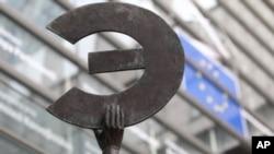 欧洲委员会总部外的雕塑托起欧元标记