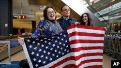 Jayne Novak, a goch ak mari li Allen Novak, fèk soti nan peyi Iran, youn nan 7 peyi dekrè sou imigrasyon an frape. Foto: 6 fevriye 2017. Aewopò Entènasyonal Seattle Tacoma, Washington