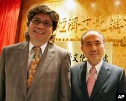 林添茂(右)称更名是件大喜事,左为基金会主席钱立佑