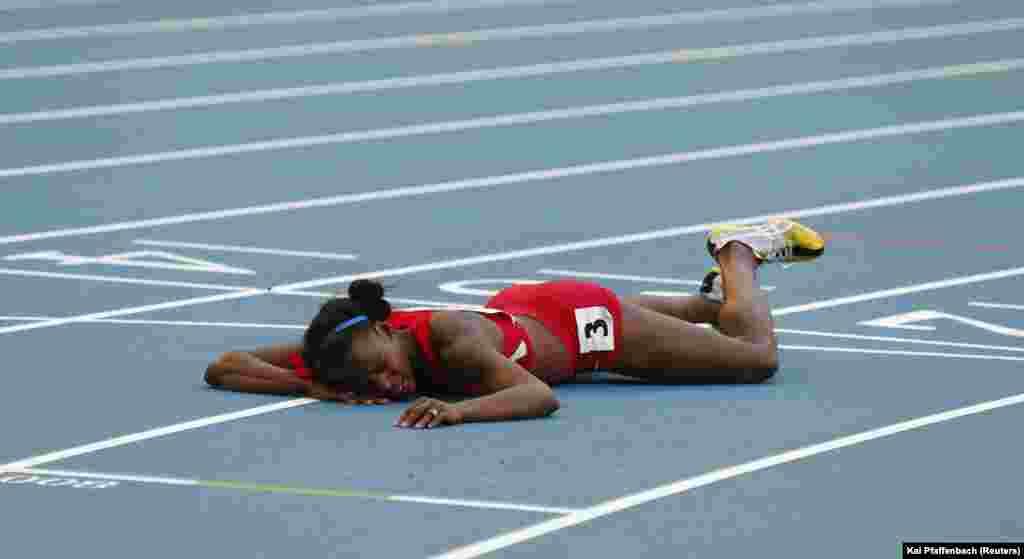 Alysia Johnson Montano amelala chini baada ya kuankuga kwenye msatri wa kumaliza finali ya mbiyo za mita 800 wanawakwe wakati wa mashindano ya dunia ya riadha ya IAAF kwenye uwanja wa Luzhniki Moscow August 18, 2013.