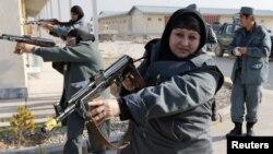阿富汗国民军女成员2012年12月11号在阿富汗北部靠近德国军营附近的一个训练中心接受射击训练