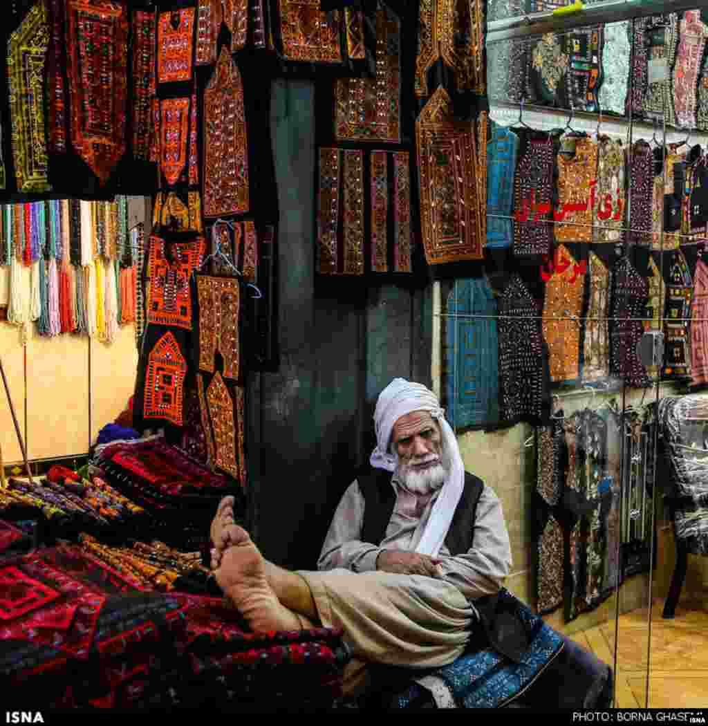 به رنگ زاهدان ... عکسی از یک پارچه فروش در بازار مرکز سیستان و بلوچستان. عکس: برنا قاسمی - ایسنا