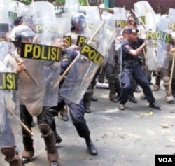 Polisi Indonesia mengamankan aksi unjuk rasa di Jakarta.