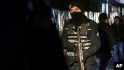 ماموران ویژه پلیس در خیابان های استانبول گشت میزنند.