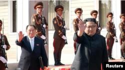 El líder norcoreano, Kim Jong Un, se despide del presidente de Corea del Sur, Moon Jae-in, tras reunirse en la aldea de Panmunjom, en Corea del Norte, en la imagen entregada por la Casa Azul el 26 de mayo de 2018. The Presidential Blue House /Handout via