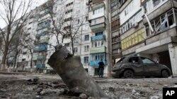 烏克蘭港口城市馬里烏波爾的公寓樓附近的導彈殘骸。