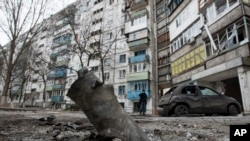 Mariupol kentinde bir apartman binası önünde patlayan Grad roketinin parçası