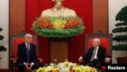 Ông Trọng tiếp đón Tổng thống Mỹ Donald Trump tại Hà Nội tháng 11 năm ngoái.