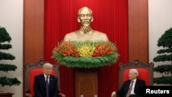 El Secretario General del Partido Comunista de Vietnam, Nguyen Phu Trong, y el presidente de EE. UU., Donald Trump, celebran una reunión bilateral en la Sede del Partido Comunista en Hanoi, Vietnam, el 12 de noviembre de 2017.