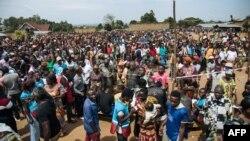 De nombreux électeurs attendent de voter devant un bureau de vote fictif, au stade de Malepe à Beni, le 30 décembre 2018.