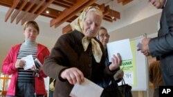 拉脫維亞選民投下選票。