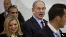 Sara Netanyahu (L) na mumewe Benjamin Netanyahu huko Jerusalem.