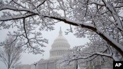 Le Capitole, siège du Congrès américain, à Washington, lors d'une tempête de neige, le 21 mars 2018.