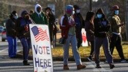 Para pemilih mendatangi tempat pemungutan suara untuk memilih Senat di Marietta, Georgia, 5 Januari 2021. (Foto: Reuters)