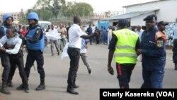 Les Casques bleus interviennent quand les forces de sécurité brutalisent des manifestants devant le quartier général de la Monusco à Goma, Nord-Kivu, RDC, 26 octobre 2017. (VOA/Charly Kasereka)