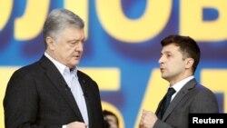 Ukrayna prezident seçkilərində namizədlər-hazırkı prezidenti Petro Poroşenko və Vladimir Zelenski Kiyevdə səsvermədən öncə debatlar zamanı, 19 aprel, 2019.