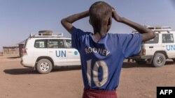 Un garçon regarde un véhicule de l'ONU dans un camp de déplacés internes, à Gode, en Ethiopie, le 27 janvier 2018.