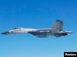 中国军队的战机歼11B,也称苏-27。8月19日在海南岛以东220公里处的国际公海上空逼近美海军飞机的就是一架歼11B