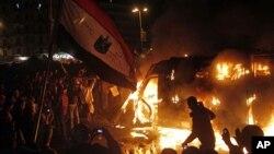 28일 이집트 카이로의 타흐리르 광장에서 시위대가 경찰차를 불태우고 있다.