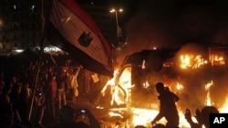 1月28日埃及開羅示威者用手機拍攝警察防暴車被燒情形