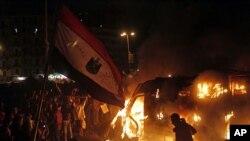 星期一示威者在開羅解放廣場焚燒政府安全部隊裝甲車輛