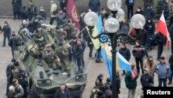 2月27日反對亞努科維奇人士繼續在基輔遊行示威。