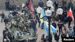 反对亚努科维奇的乌克兰民众2月27日聚集在基辅国会大楼外
