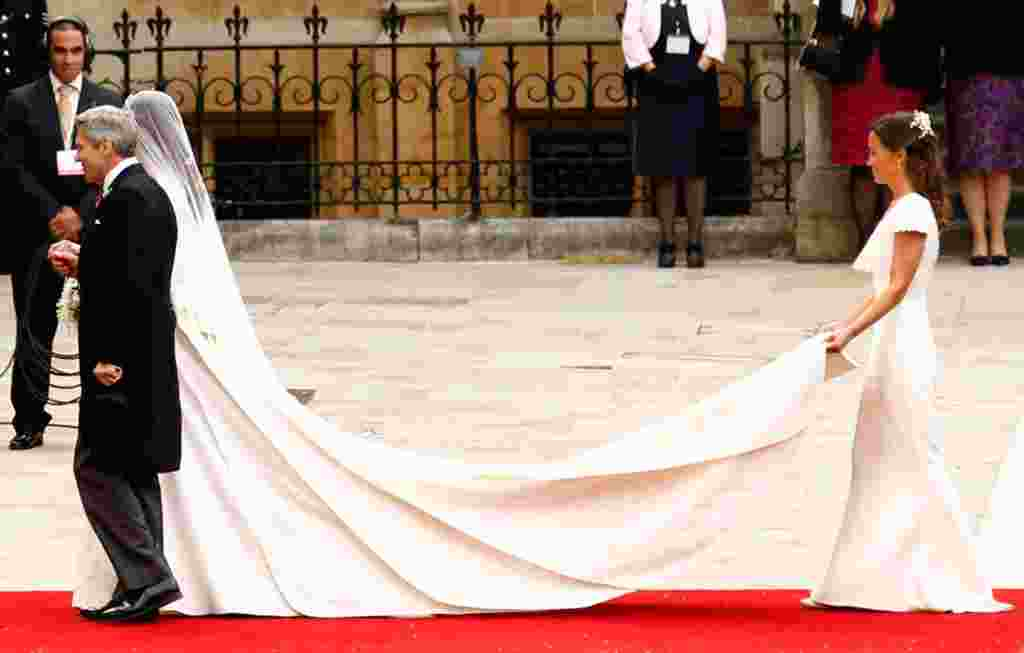 Kate arrives with her father Michael and sister Pippa (R) at Westminster Abbey. (Reuters)