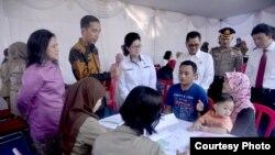 Presiden Joko Widodo dan ibu negara Iriana meninjau pelaksanaan vaksin ulang di Puskesmas Ciracas, Jakarta (18/7). (Foto: Biro Pers Kepresidenan RI)