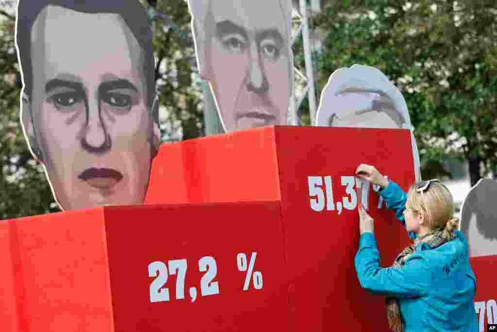 9일 러시아 모스크바에서 시장 선거가 열린 가운데, 자원봉사자가 개표 결과를 게시하고 있다. 선거관리인단은 세르게이 소비아닌 후보가 51퍼센트의 지지율로 시장에 선출되었다고 발표했다.