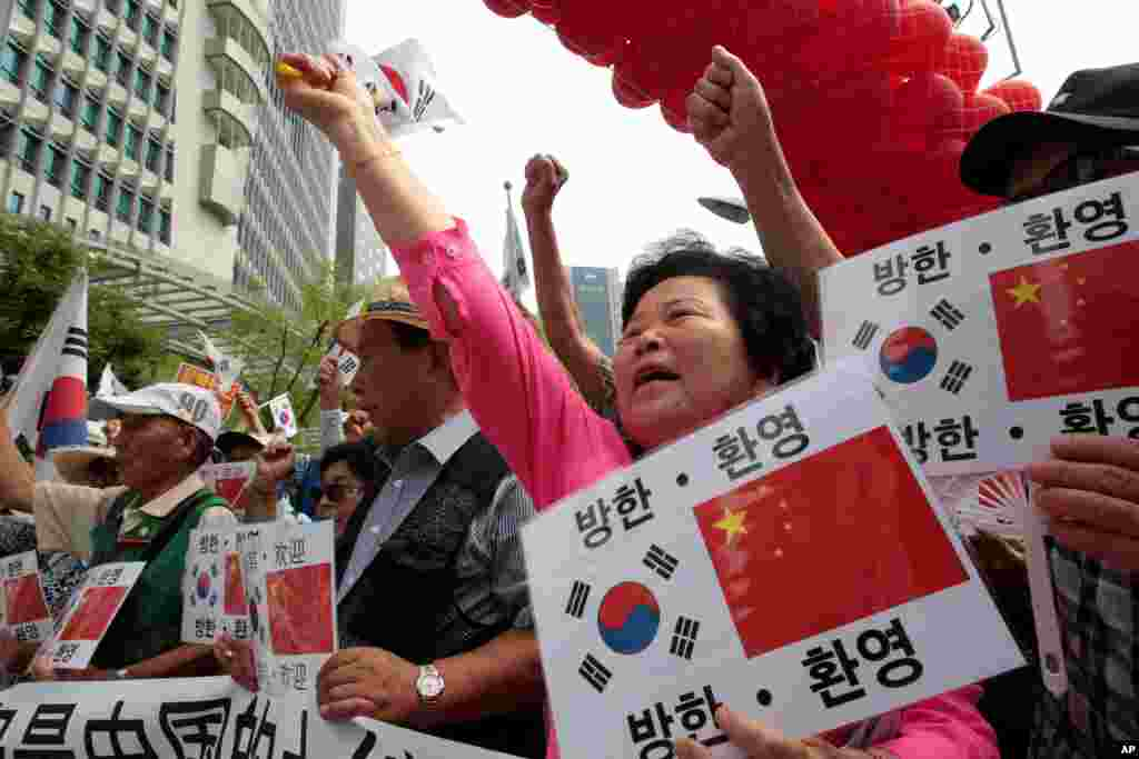 Conservative activists shout during a rally welcoming Chinese President Xi Jinping's visit to South Korea, near the Chinese Embassy in Seoul, South Korea, July 2, 2014.